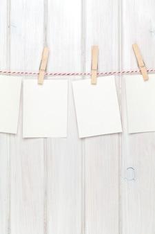 Fotolijsten opknoping op touw over witte houten achtergrond
