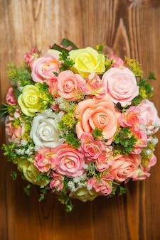 Fotoplat lag boeket bloemen uit de zeep in een rood-roze kleur bovenaanzicht