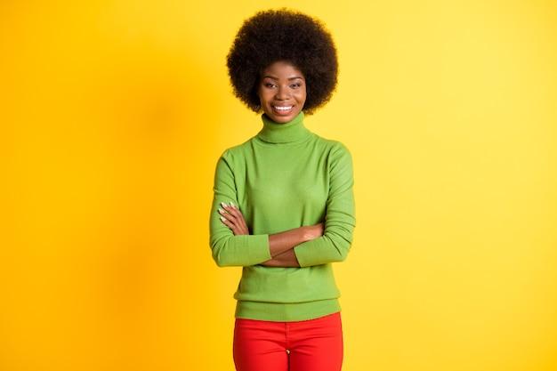 Fotoportret van afro-amerikaanse zakenvrouw met gekruiste armen geïsoleerd op levendige geel gekleurde achtergrond