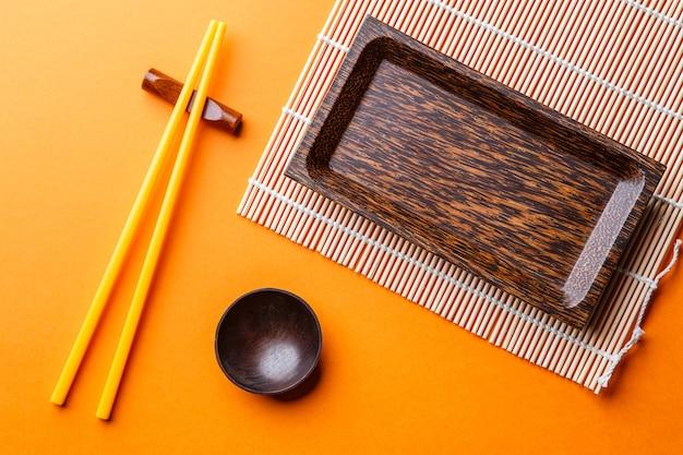 Fotoraphy van reeks gerechten voor sushi op oranje achtergrond