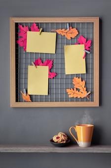 Fotorasterbord met paars papier herfstbladeren, een bloem en papieren tekst