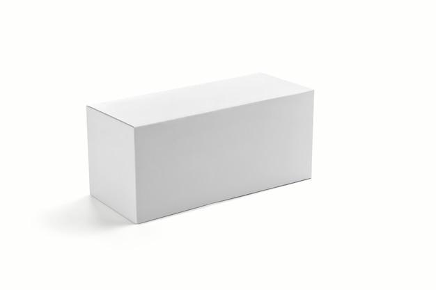 Fotorealistische flat square kartonnen pakket box mockup op lichtgrijze achtergrond. 3d-weergave. mockup-sjabloon klaar voor uw ontwerp.