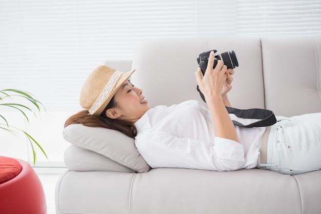 Fotoredacteur die haar camera bekijkt