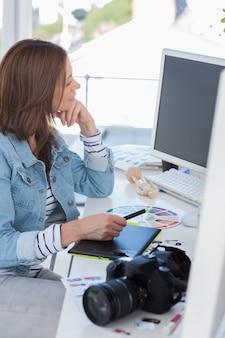 Fotoredacteur die met een grafisch tablet werkt