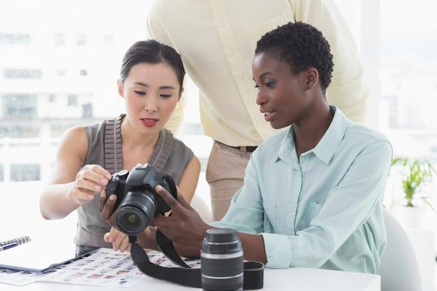Fotoredacteurs die bij bureau samenwerken
