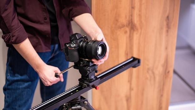 Fotosessie thuis. fotograaf met camera op de horizontale balk