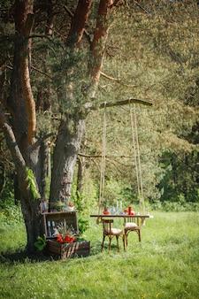 Fotoshoot bruiloft decor in het magische hout voor een liefdevol paar.