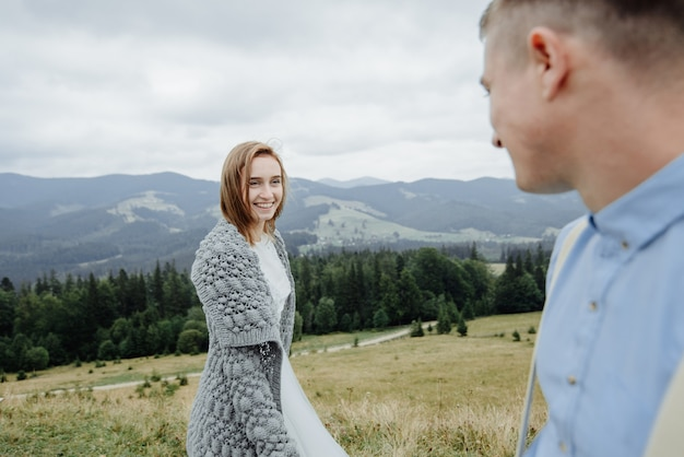Fotoshoot van de bruid en bruidegom in de bergen. boho-stijl trouwfoto.
