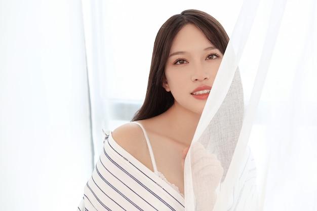 Fotoshoot van vrouwelijke modellen binnenshuis