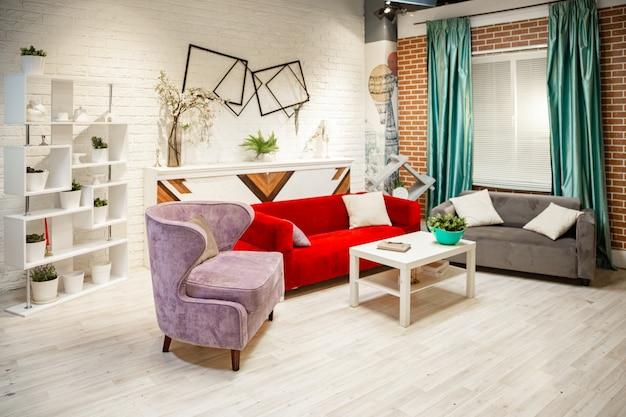Fotostudio in de stijl van de woonkamer. klassiek meubilair, bank, open haard met fauteuils.