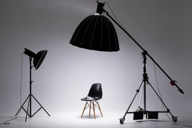 Fotostudio met verlichtingsapparatuur, lichtschema en stoel het concept van casting