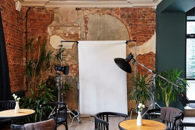 Fotostudio schieten in een café apparatuur witte achtergrond oude bakstenen muren