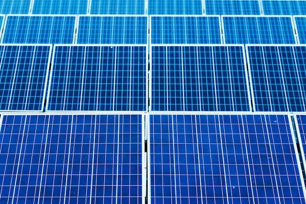 Fotovoltaïek met bewolkte hemelbezinning