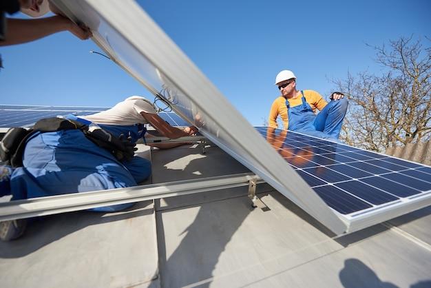 Fotovoltaïsch zonnepaneelsysteem op het dak van het huis installeren