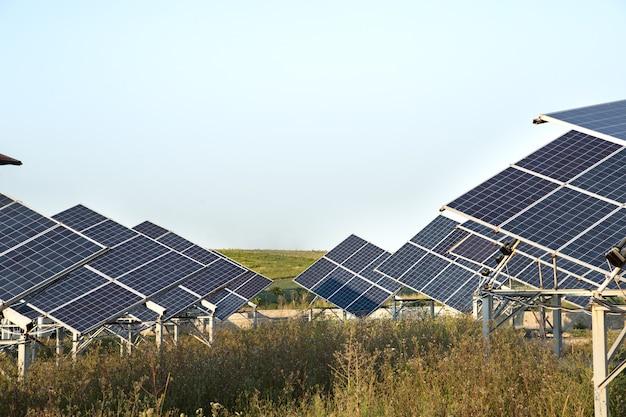 Fotovoltaïsche energie in zonne-energiecentrales uit natuurlijke energie.