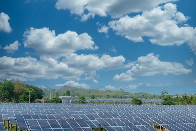 Fotovoltaïsche panelen met lucht op de achtergrond