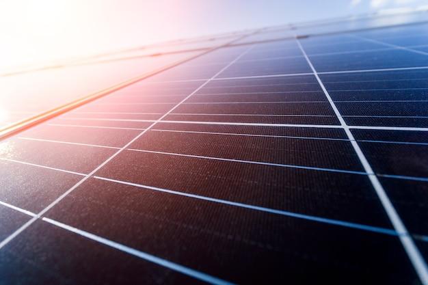 Fotovoltaïsche zonnepanelen op blauwe hemelachtergrond