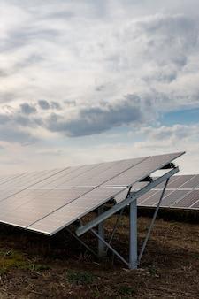 Fotovoltaïsche zonnepanelen op een veld