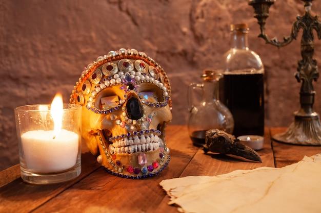 Fotozone in de studio voor halloween. dramatisch landschap voor allerheiligenvieringen. de schedel
