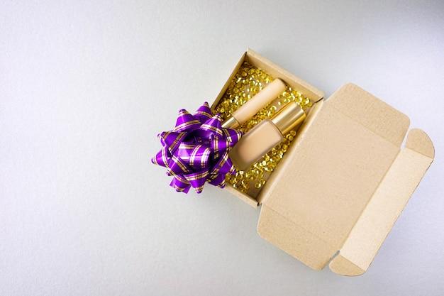 Foundation en concealer voor make-up in een doosje met gouden glitter.