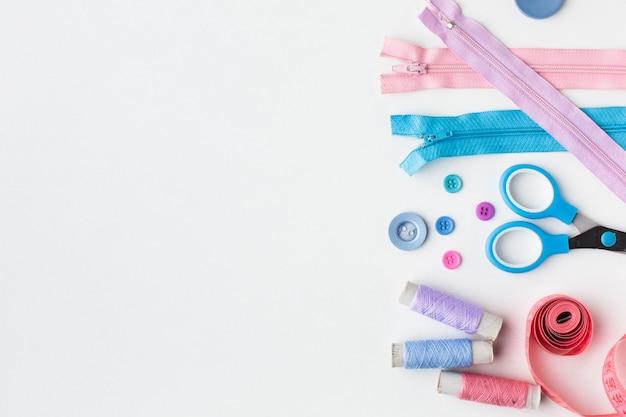 Fournituren kleurrijke accessoires plat lag met kopie ruimte