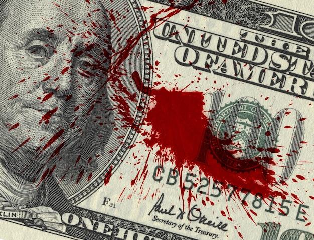 Fragment van 100 dollarbiljet met bloedvlekken