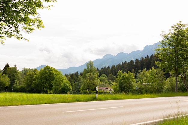 Fragment van asfaltweg die naar bergvallei gaat