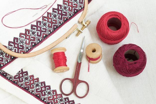 Fragment van borduurwerk op linnen en accessoires