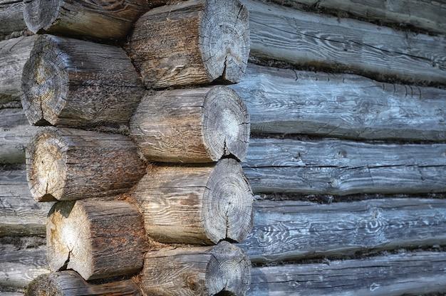Fragment van de hoek van een oud blokhut