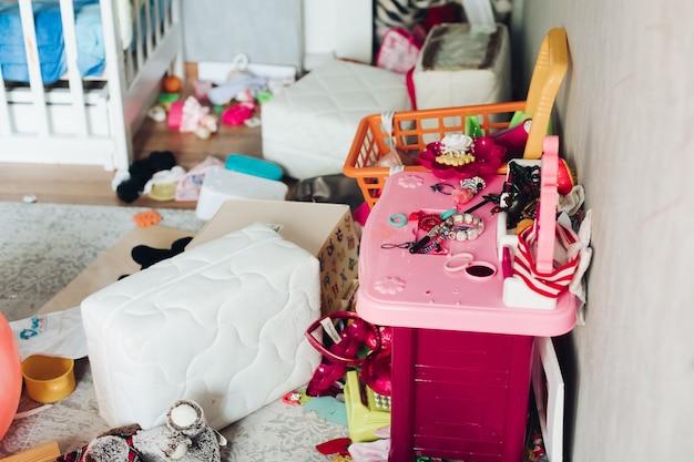 Fragment van een foto van een kinderkamer met verspreide dingen en speelgoed