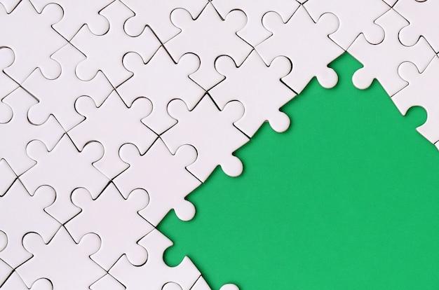 Fragment van een gevouwen witte puzzel op de achtergrond