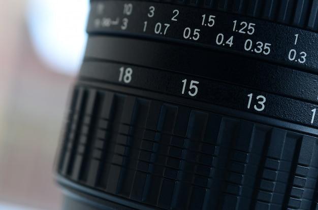 Fragment van een groothoekzoomlens voor een moderne spiegelreflexcamera