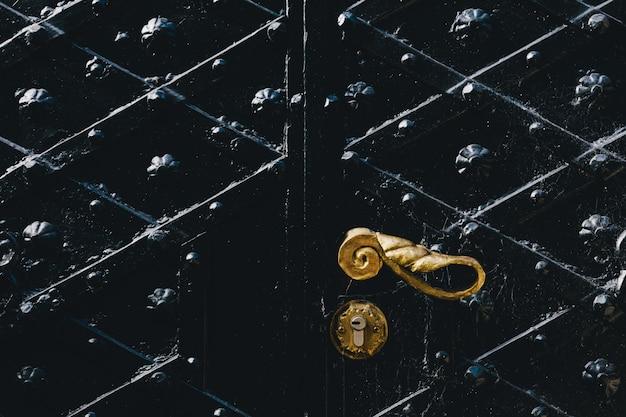 Fragment van een ijzeren vintage deur