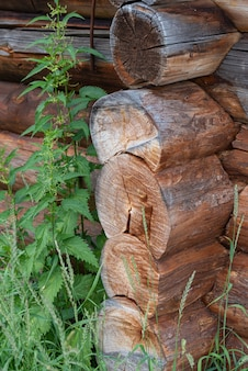Fragment van een muur gemaakt van boomstammen muur van een milieuvriendelijk traditioneel houten huis
