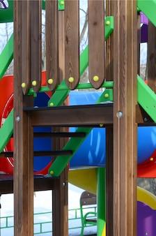 Fragment van een speeltuin gemaakt van plastic en hout, geschilderd in verschillende kleuren