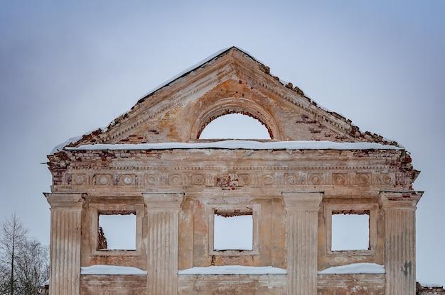 Fragment van een verlaten gebouw. fronton. ruïnes van het vecmoku-landhuis. letland.