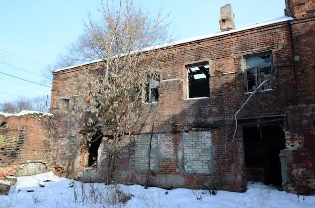 Fragment van een verlaten gebouw van twee verdiepingen na militaire operaties in donetsk