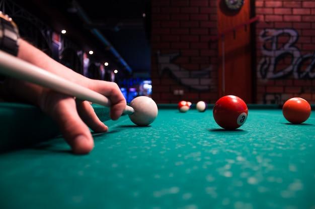 Fragment van het poolbiljartspel aan de gang. amerikaans poolbiljart. pool biljartspel. biljart sport concept