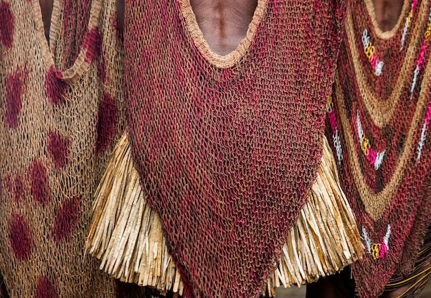Fragment van kleding van een vrouw van de dani-stam.