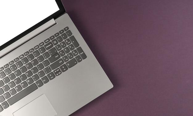 Fragment van laptop met een wit scherm op paars