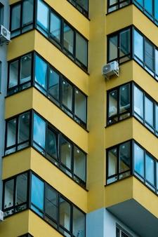 Fragment van modern luxe woonappartementenhuishuisconcept modern flatgebouw op een zonnige dag met een blauwe lucht