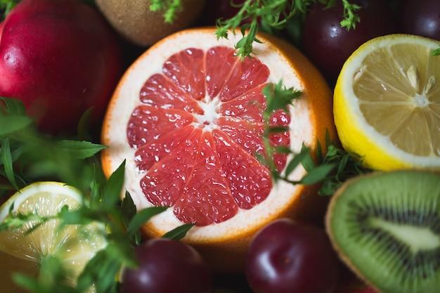 Fragment van origineel ongebruikelijk eetbaar boeket van groenten en fruit