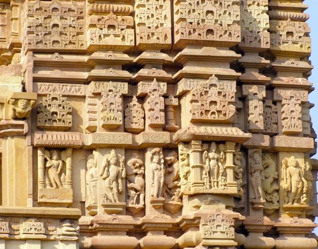 Fragment van oude bas-hulp bij beroemde erotische tempel in khajuraho, india