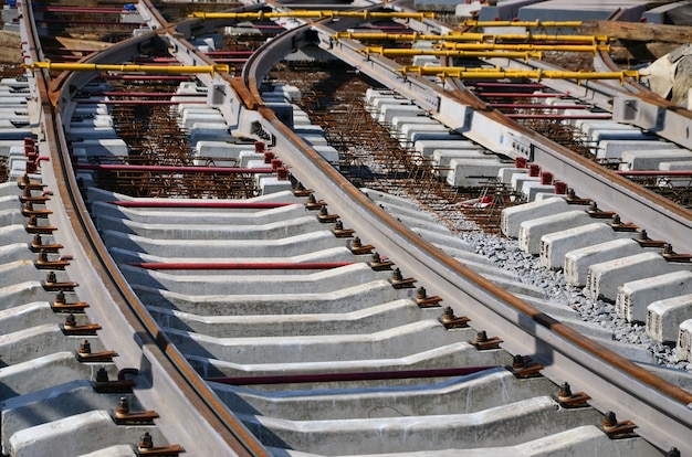 Fragment van tramrails in het stadium van hun installatie en