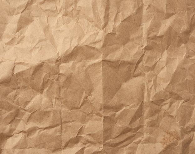 Fragment van verfrommeld blanco vel bruin inpakpapier van kraftpapier