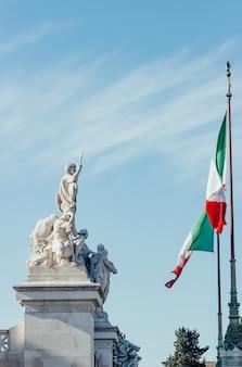 Fragment van vittorio emanuele ii monument en italiaanse vlag in rome, italië