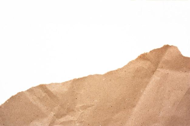 Fragmenteer verfrommeld ambachtdocument dat op wit wordt geïsoleerd
