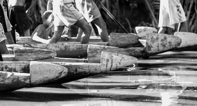 Fragmenten van kanostrijders van de asmat-stam op de rivier.