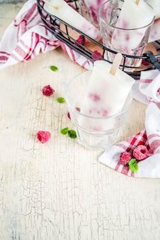 Frambozen en yoghurt ijslollys
