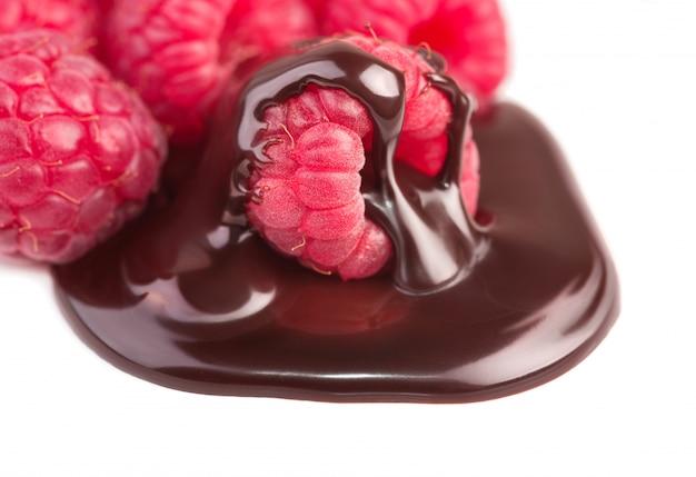 Frambozen in chocoladesaus op wit